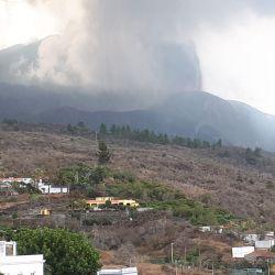 Vista del volcán en plena erupción